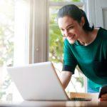Projeto online - mulher em frente ao notebook trabalhando em casa