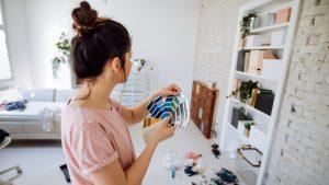 reformas rápidas - mulher escolhendo tintas e renovando móveis em sua casa
