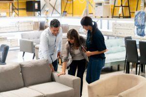 relacionamento com o cliente - clientes sendo atendidos em uma loja de móveis