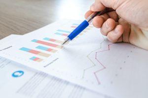 metas de vendas - pessoa avaliando número de vendas para saber se as metas foram alcançadas