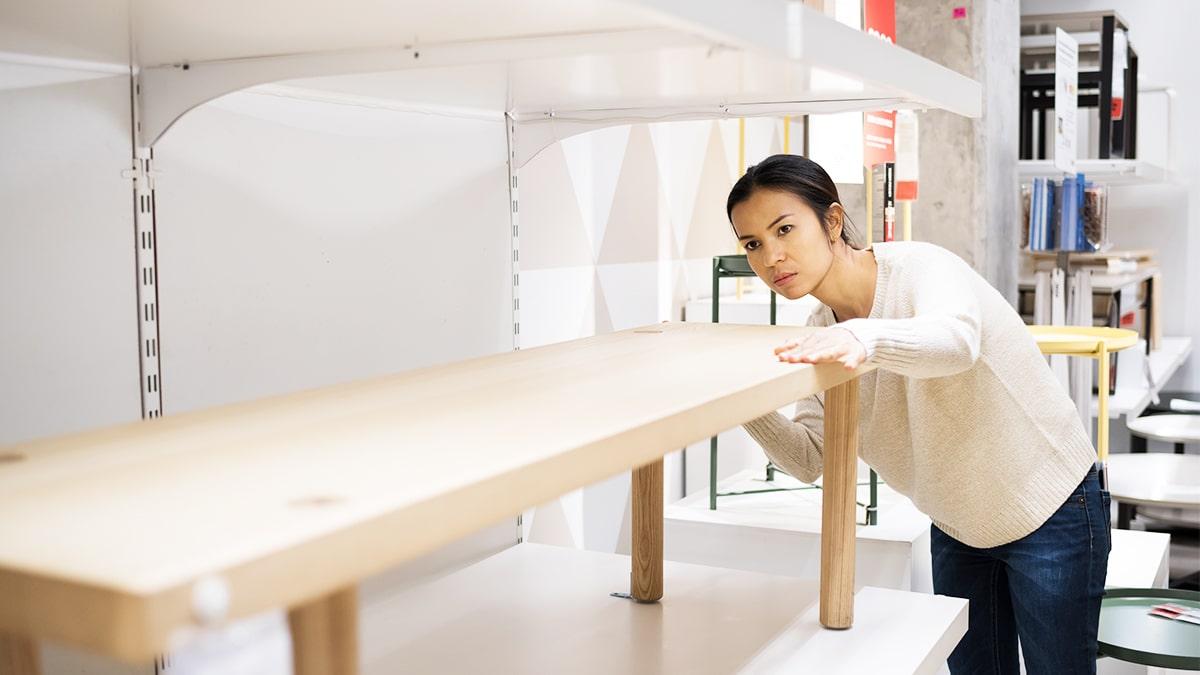 diferenciais competitivos - funcionária de uma loja de móveis planejados