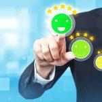 pós-venda - cliente satisfeito selecionando ícone de sorriso com 5 estrelas