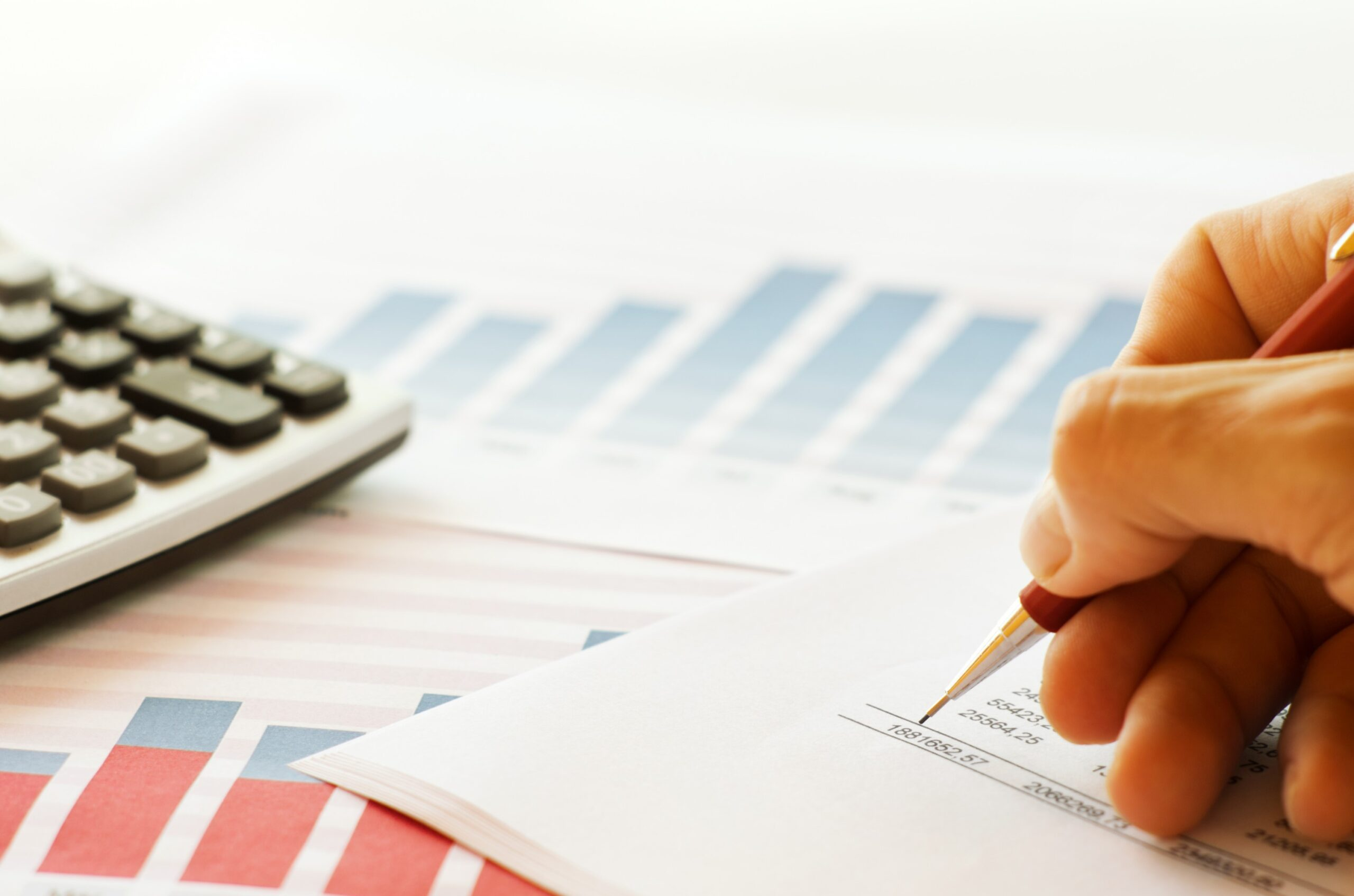 margem de contribuição - pessoal avaliando dados financeiros