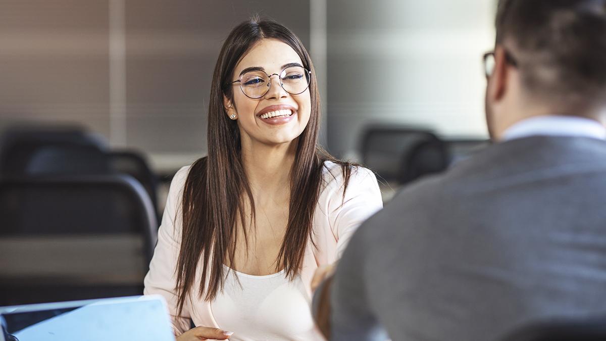 programas de fidelidade e parceria - cliente satisfeita conversando com vendedor